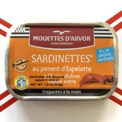 Image of the front of a tin of Les Mouettes d'Arvor Sardinettes in Olive Oil with Piment d'Espelette 8/10