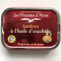 Image of the front of a tin of Les Mouettes d'Arvor Sardines in Peanut Oil