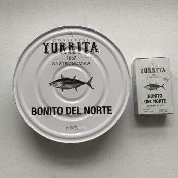 Image of the top view for comparison of a regular tin and a tin of Yurrita Bonito del Norte in Olive Oil, 1850g, Large Format