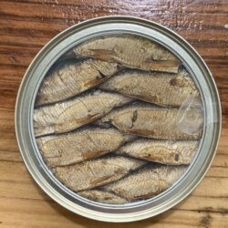 Image of the top of a tin of Riga Gold Smoked Sprats in Oil 16/20, 160g, clear top